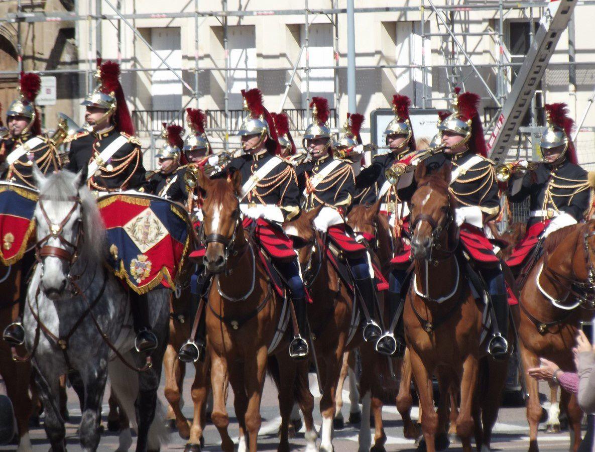 Place du Champ de Mars, Rue de l'Arbalète, Place Charmasse et Avenue du 2e Dragon ~ Défilé de la Garde Républicaine ~ 71400 Autun.