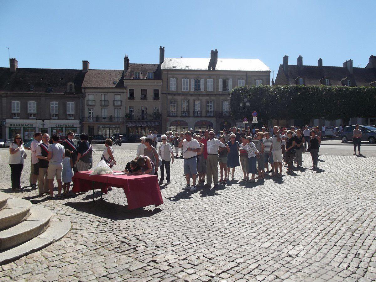 La cérémonie d'hommage pour les victimes de l'ignoble attentat de Nice s'est déroulée ce dimanche 17 juillet 2016 devant l'Hôtel de Ville.