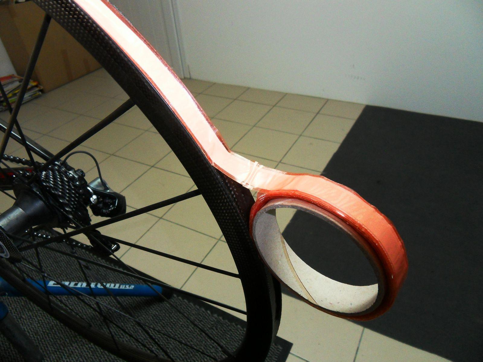 En commençant par le trou de la valve avec un retrait de quelques centimètres il suffit de poser la bande sur la jante.