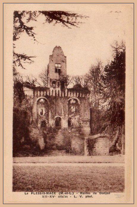 Le donjon au début du siècle dernier.