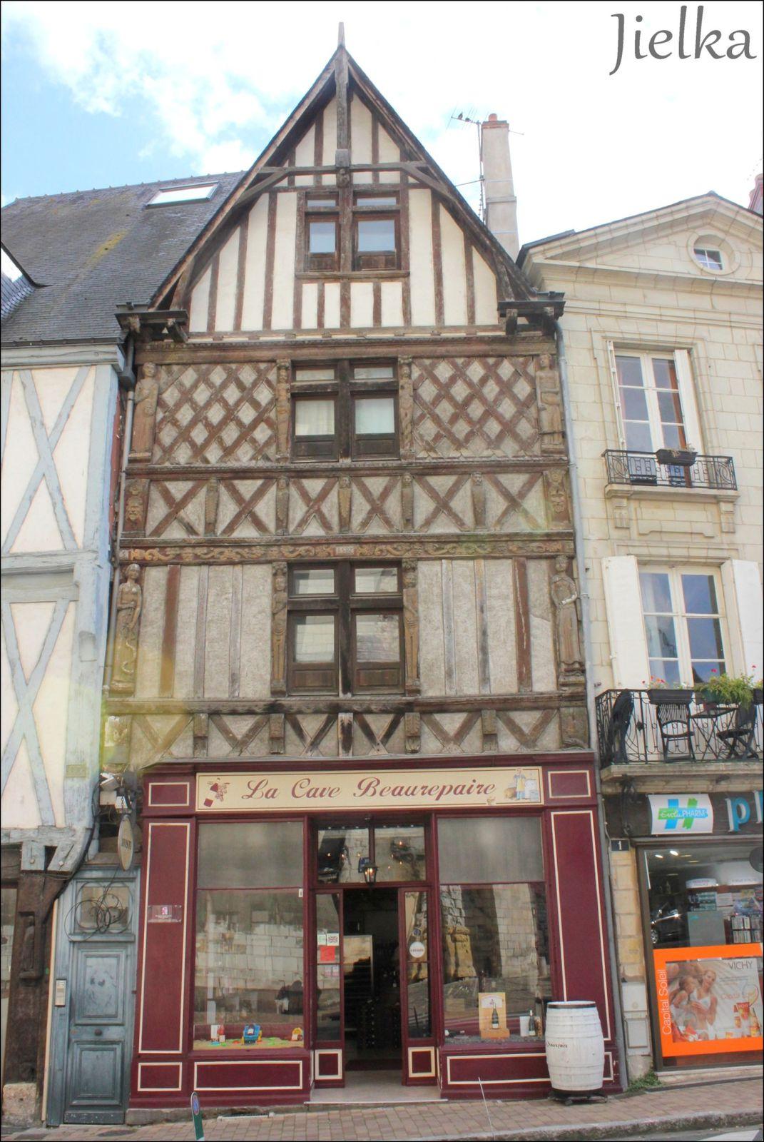 Cette maison à pans de bois, rue beaurepaire à Angers, ornée de jolies sculptures en bois, fut construite en 1582.