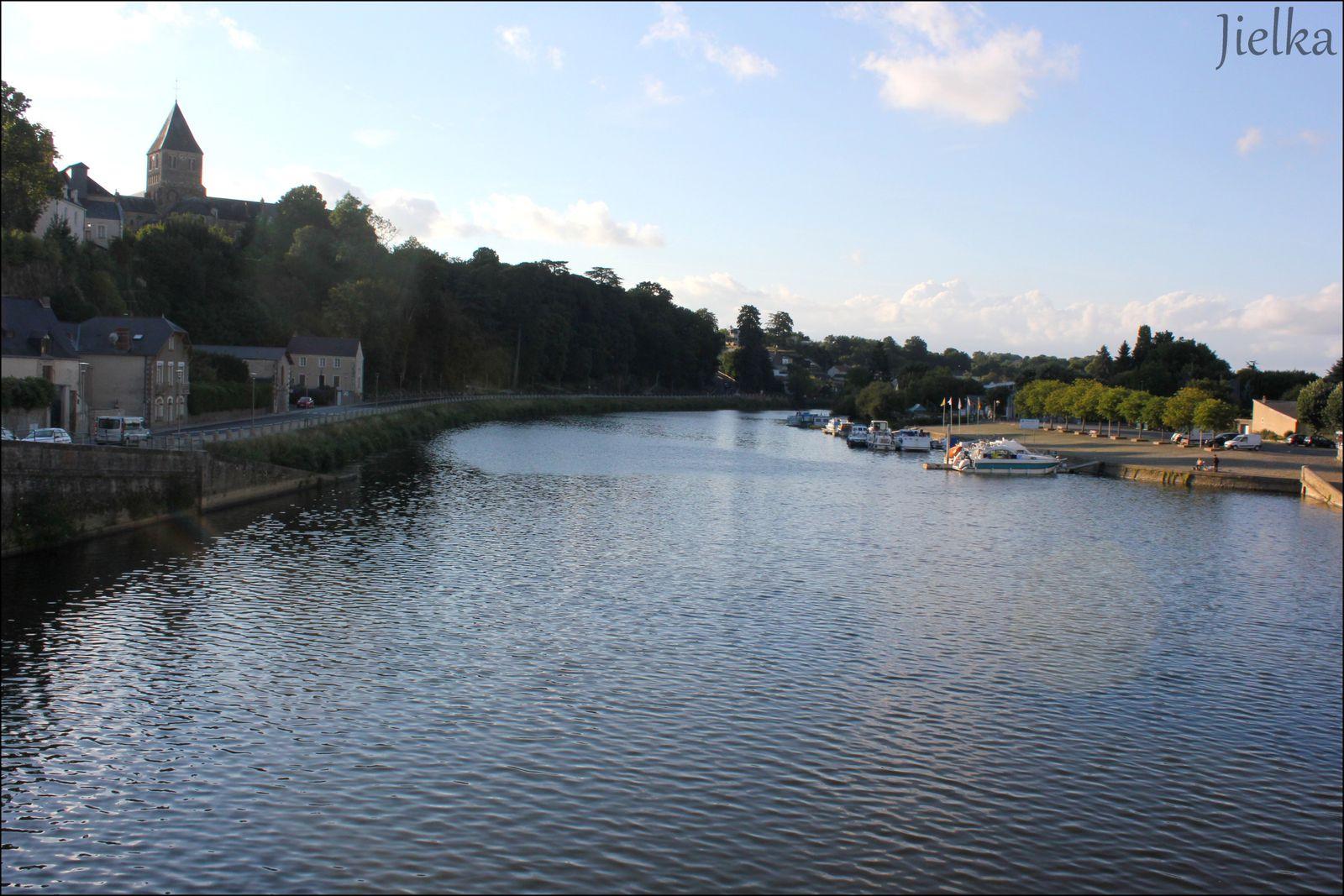 la mayenne traverse la ville de Chateau-Gontier du nord au sud, le tourisme fluvial et la pèche à la ligne attirent  un bon nombre de touristes