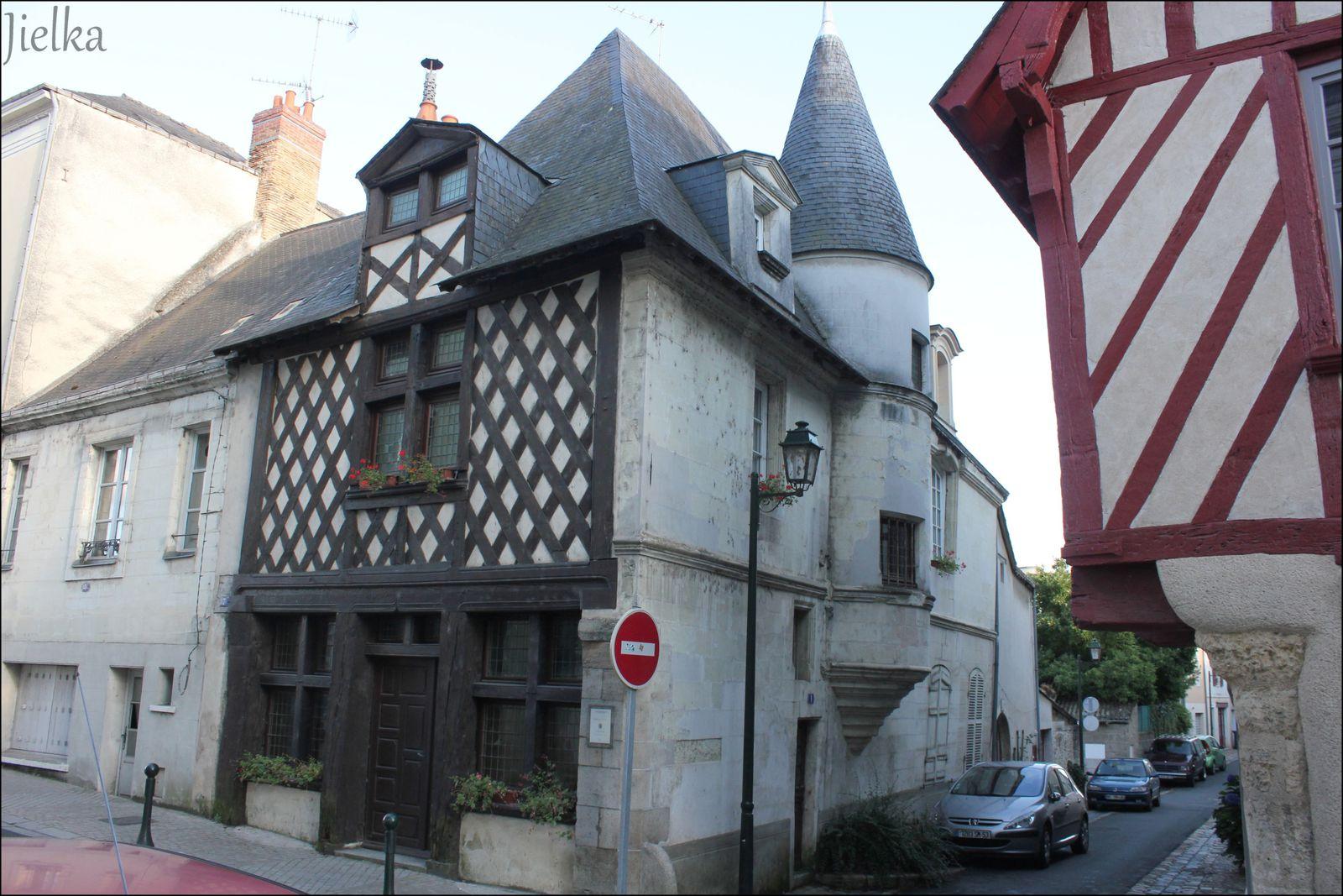 CHÂTEAU-GONTIER (jolies maisons à pan de bois)