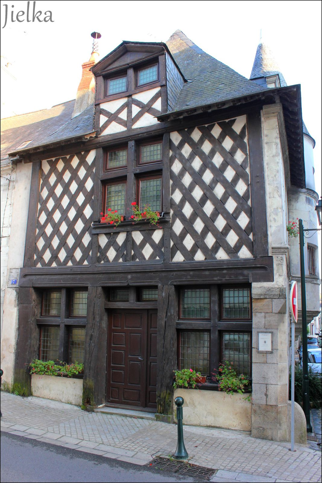 Demeure de style Henri II du VXIème siècle, ancien grenier à sel avec jolie tour en tuffeau pour l'escalier.