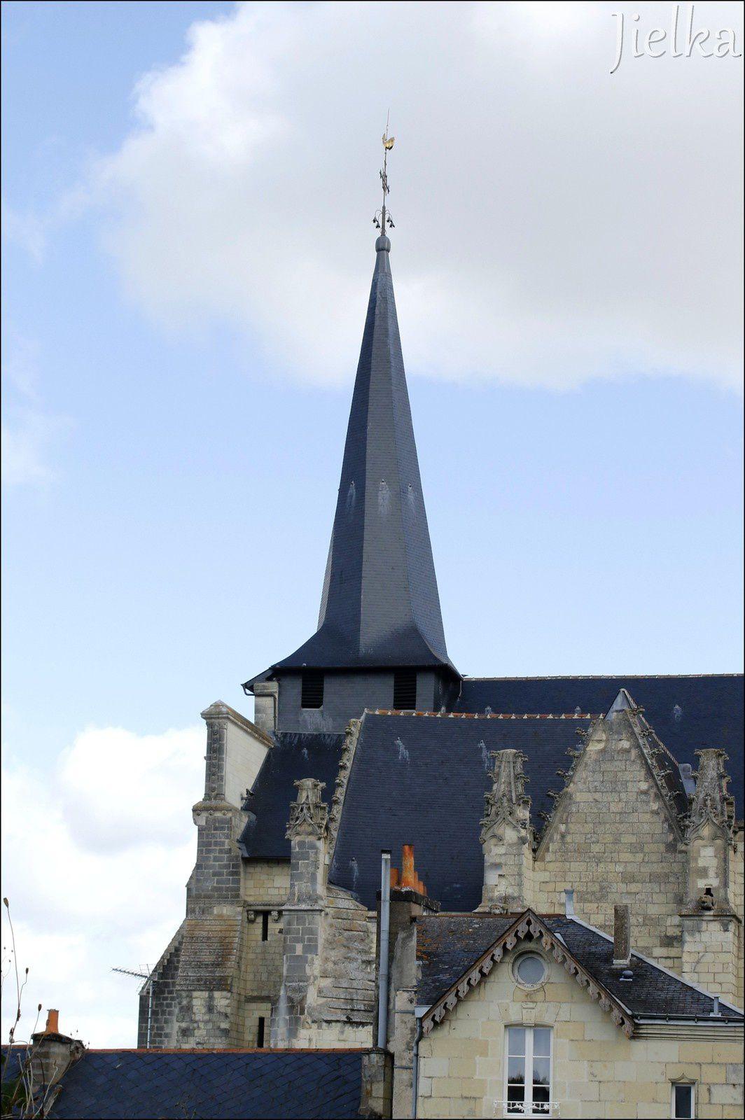 """Le clocher """"tors"""" de l'église St Pierre du marais."""