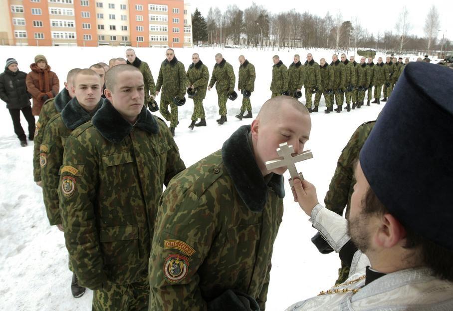 soldats biélorusses font la queue pour embrasser à tour de rôle une croix orthodoxe sur une base militaire de Minsk (Biélorussie), le 7 janvier 2013