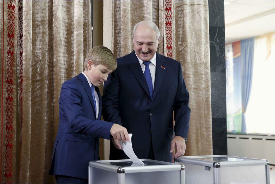 Kolia et son père, lors du vote le 11 octobre 2015
