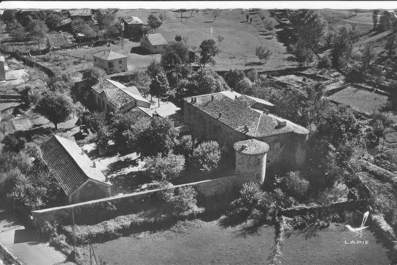 Vue aérienne des 2 écoles et du château de Castrevieille