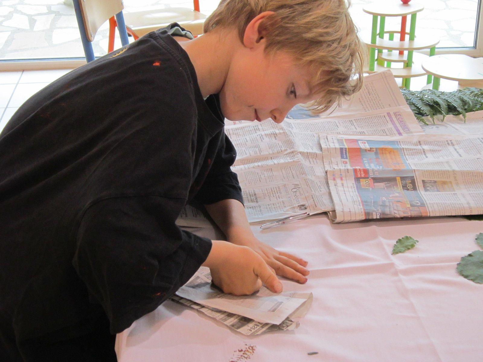 En marge du salon, l'association Arts et Lettres organise des concours autour de la littérature (les résultats seront connus dimanche en fin d'après-midi) et anime également des ateliers pour enfants, au centre de loisirs intercommunal de Fabras. Ici des ateliers de peinture sur tissu avec des végétaux