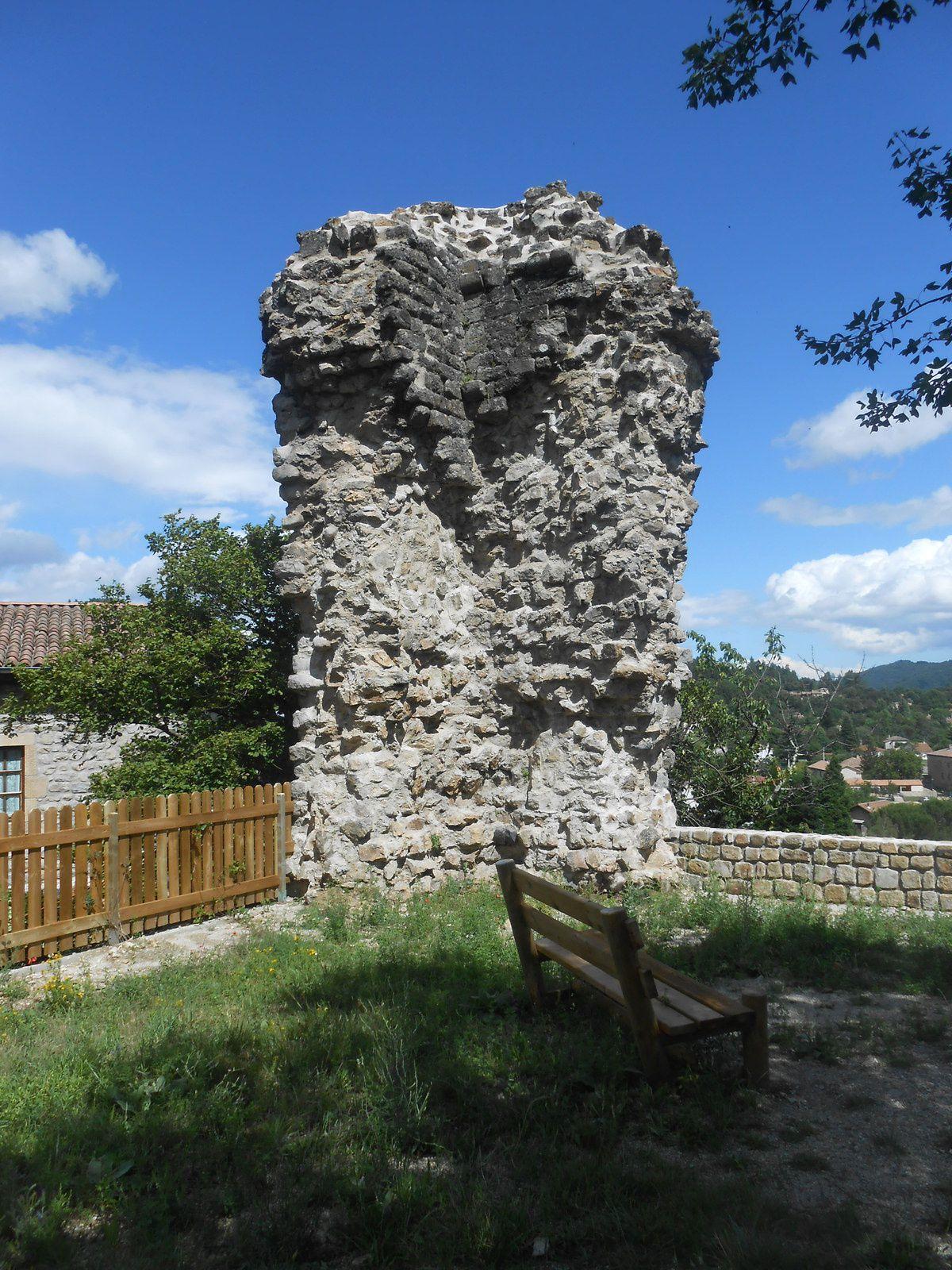 La tour, constituée de deux pans de mur, en angle.