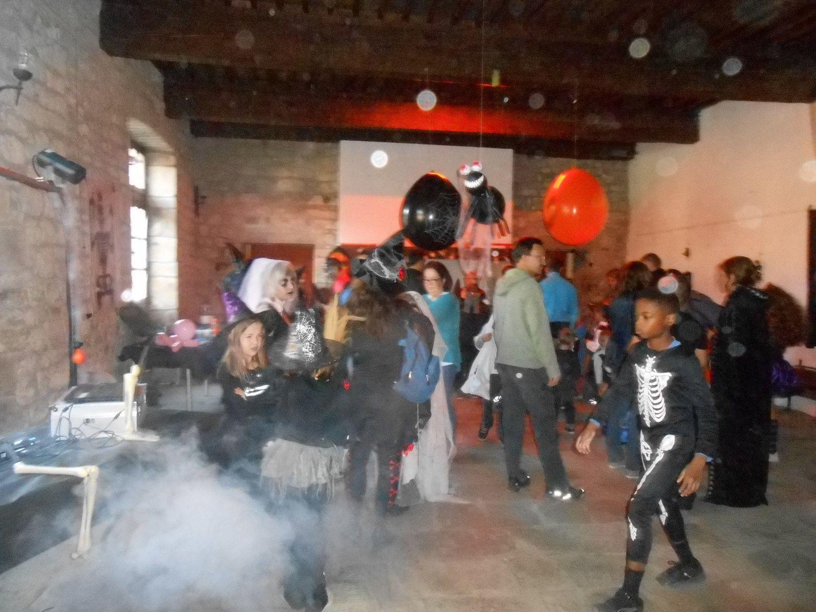 Ambiance mystérieuse dans la salle des fêtes du château de Castrevieille, décorée aux couleurs d'Halloween.