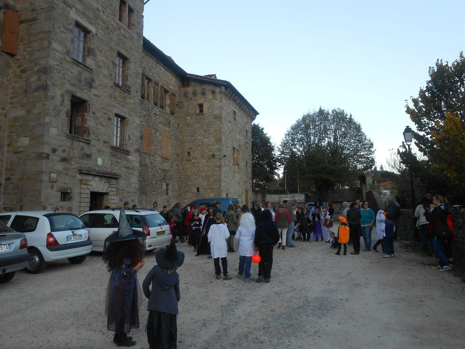 Drôle d'atmosphère autour du château de Castrevieille, avec tous ces personnages plus ou moins terrifiants
