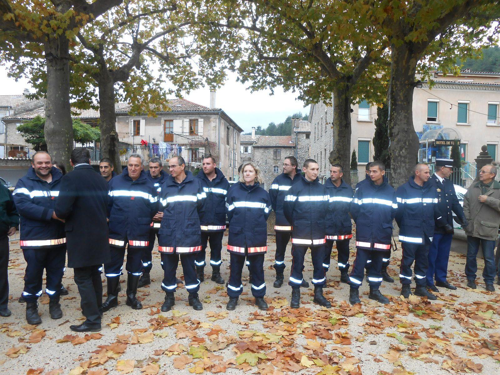 Pompiers et gendarme