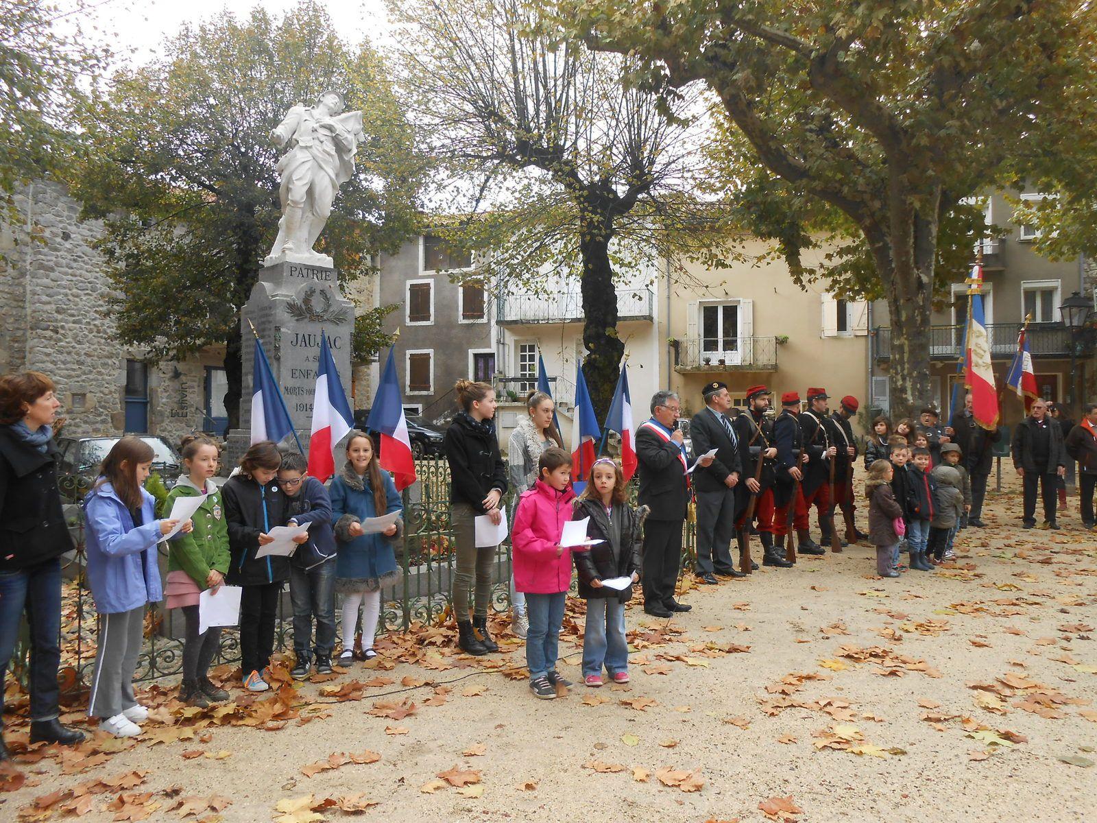 Rassemblement devant le monument aux morts