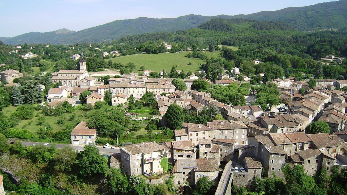 """Le cross départemental se déroulera à Jaujac, au pied du volcan, autour du château de Rochemure et de cette prairie autrefois appelée """"Le pré du Comte"""""""