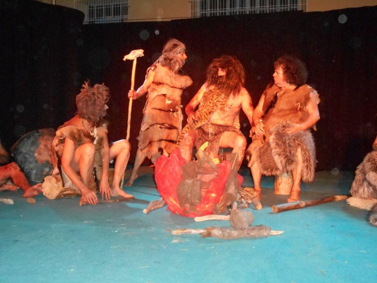 Immersion dans la préhistoire avec des comédiens à fond dans leurs personnages
