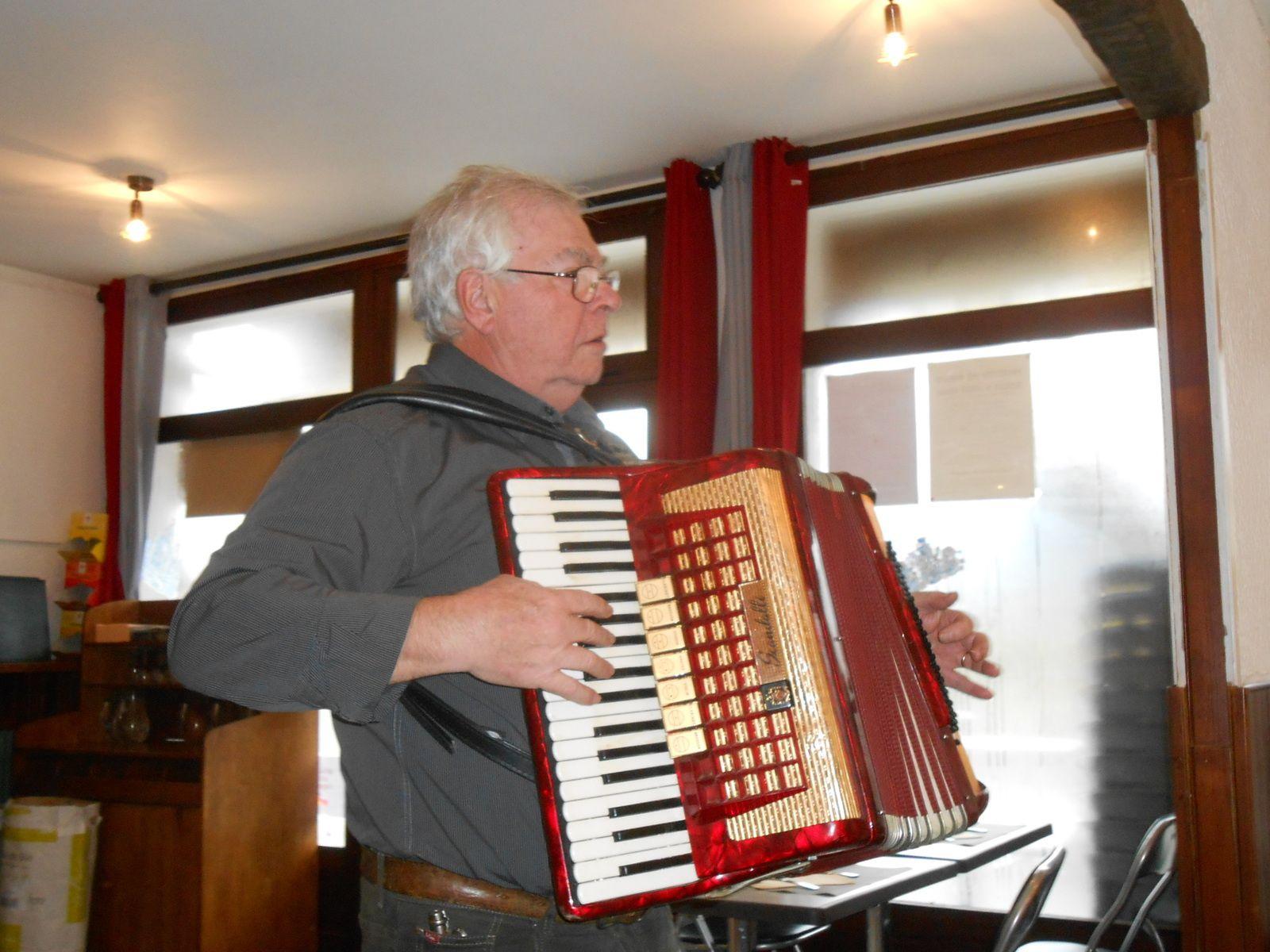 Mimi à l'accordéon et la chorale