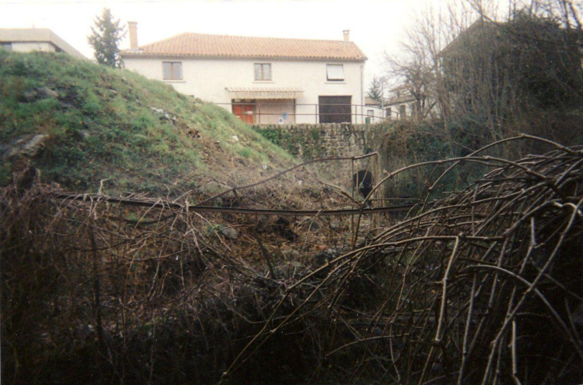 Pour prolonger la rue vers le lotissement de Rochemure, un pont a été construit, par-dessus le ruisseau du cimetière. Après , le ruisseau sera remblayé
