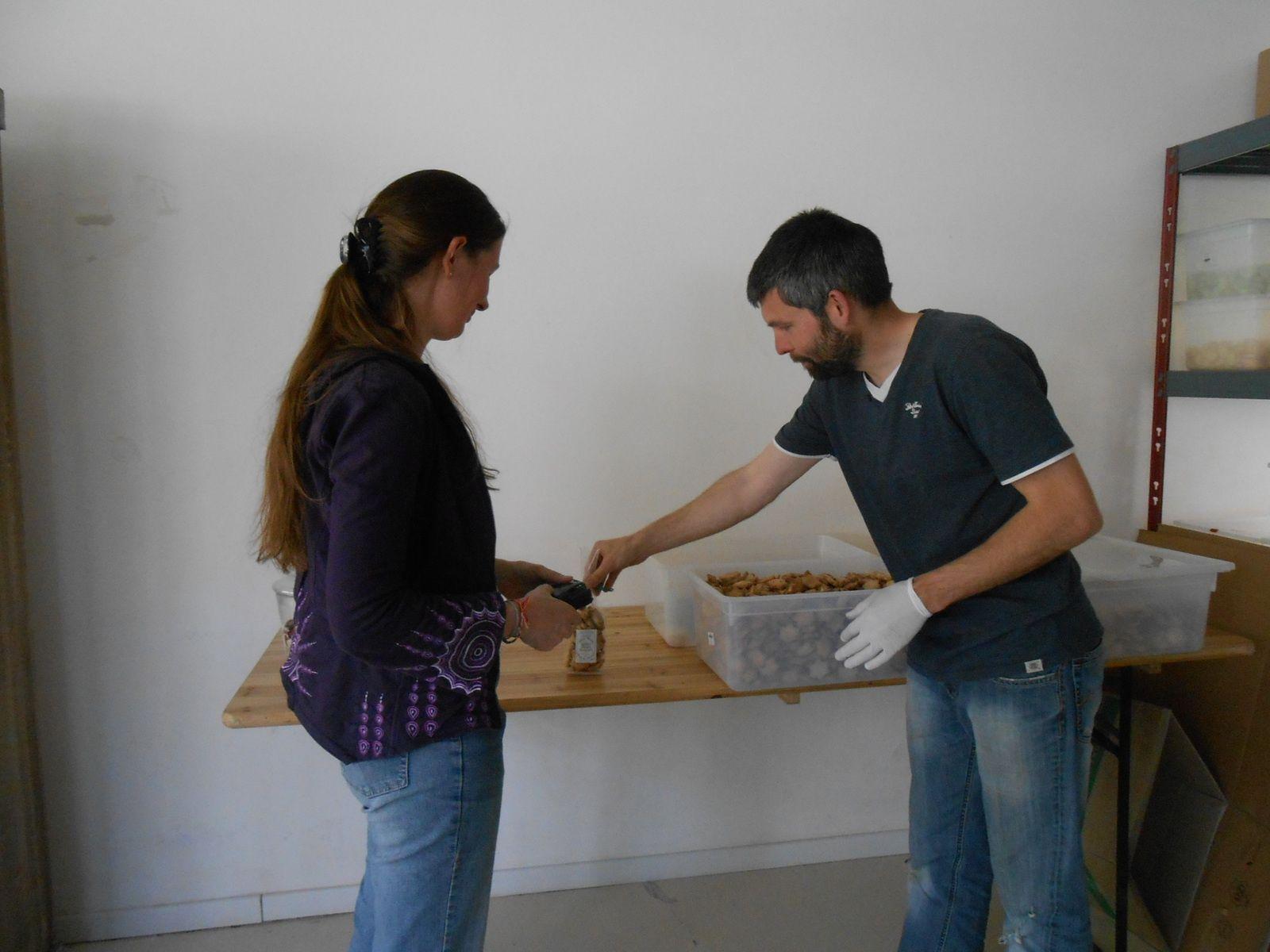 Vente directe à l'atelier: on goûte et on choisit son assortiment personnel...