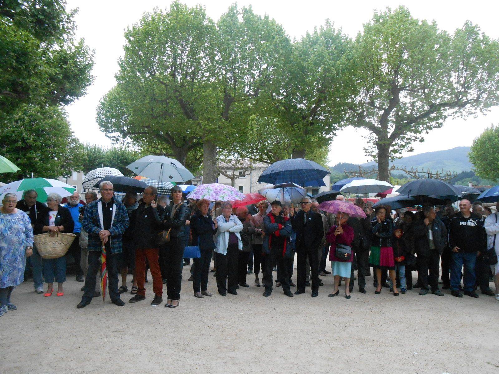 Au fur et à mesure de la cérémonie, les parapluies vont s'ouvrir