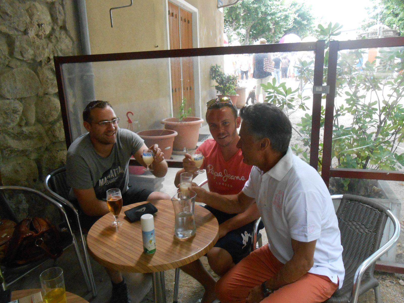 Gérard Holtz fait connaissance avec les jeunes jaujacquois, au Café du Progrès