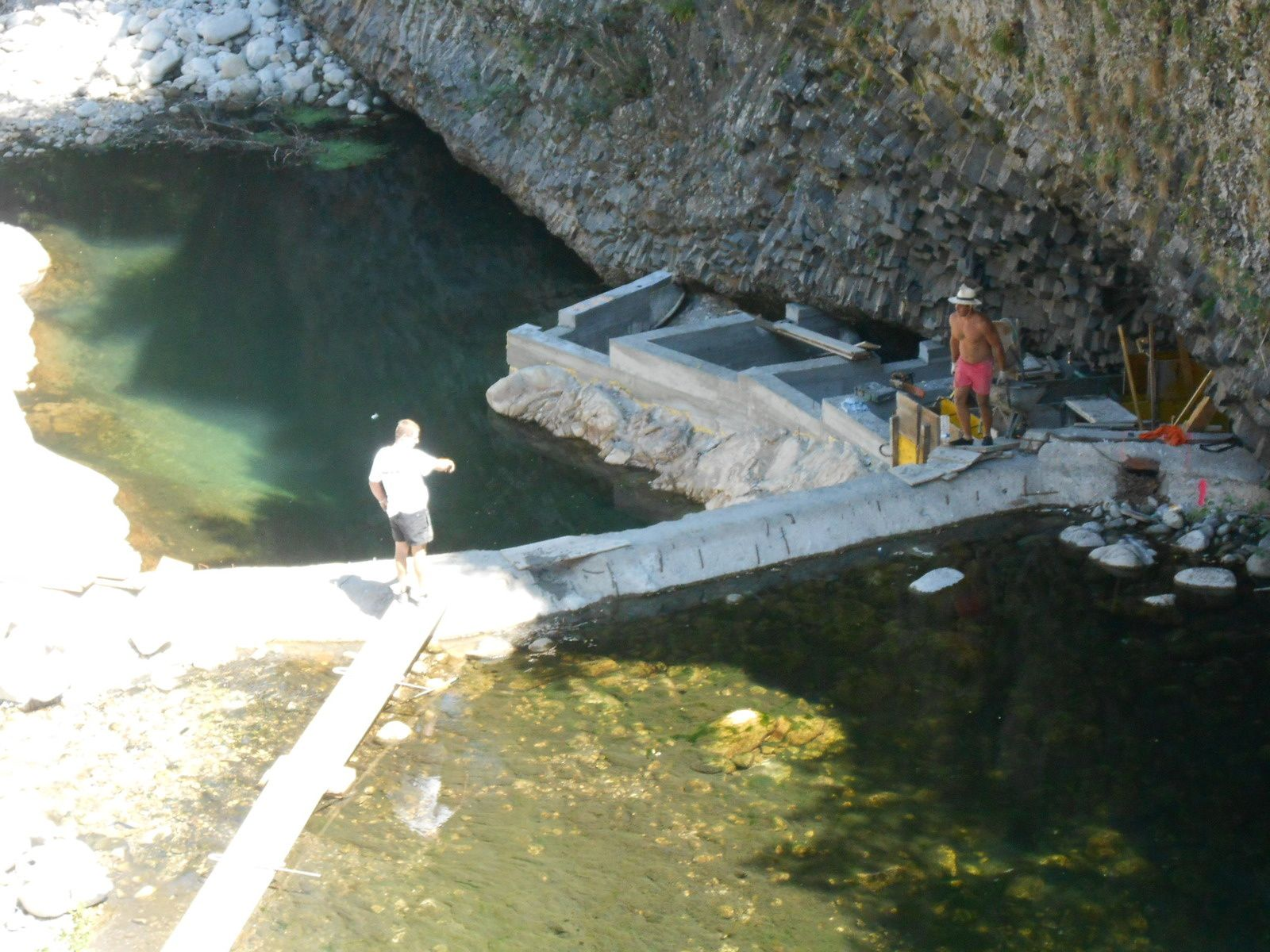 Les ouvriers sur la passe à poissons, ou sur le barrage, seuil à franchir par les poissons