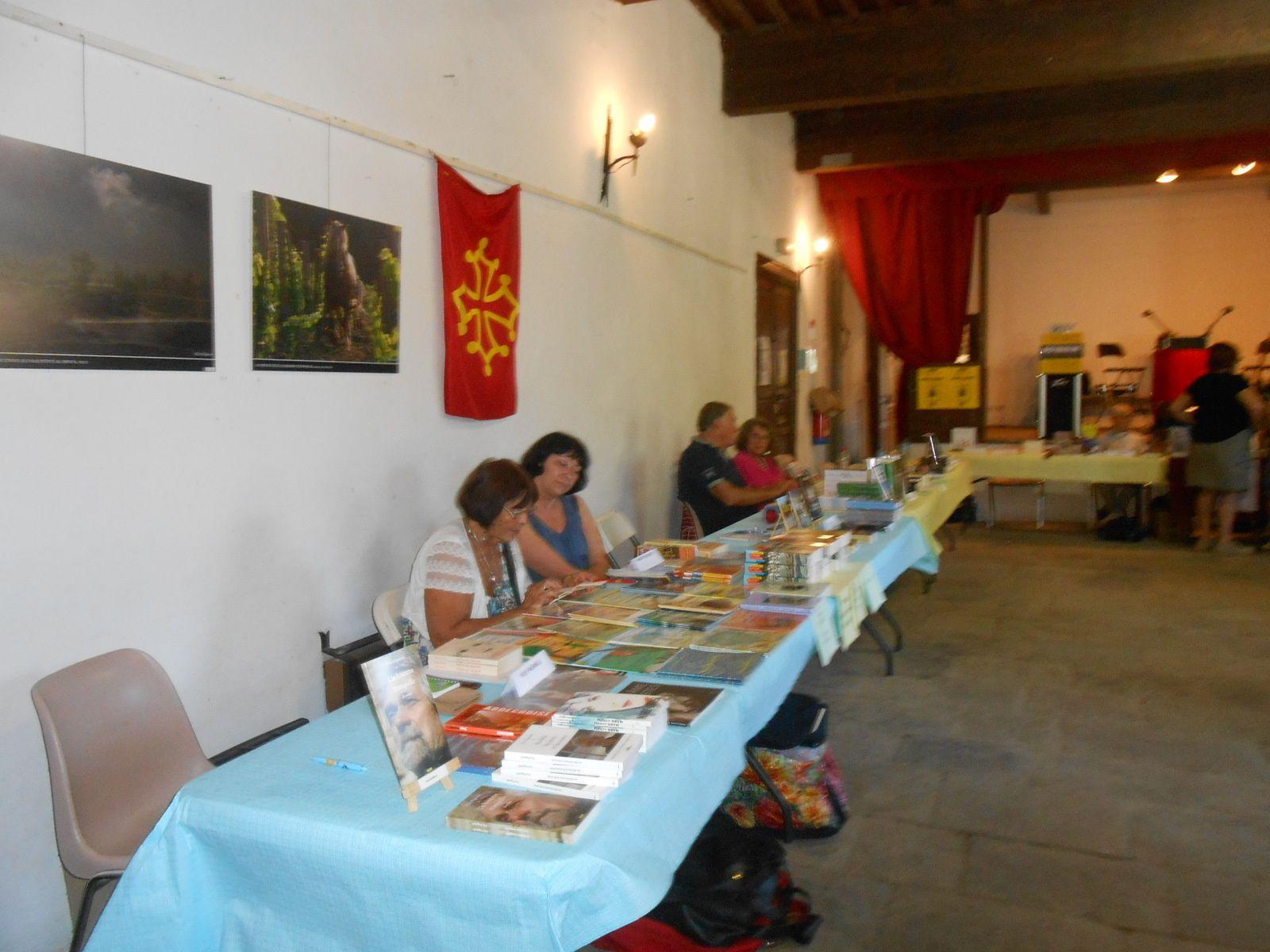 Les écrivains dans la grande salle du château