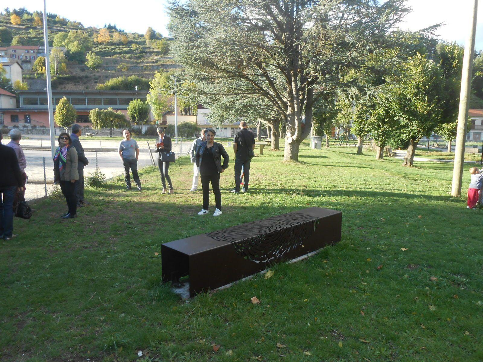 Le banc, première sculpture du parcours, sur la place de St-Cirgues-en-Montagne:la forme géométrique pure du banc symbolise la création humaine en opposition avec les formes organiques du vivant naturel