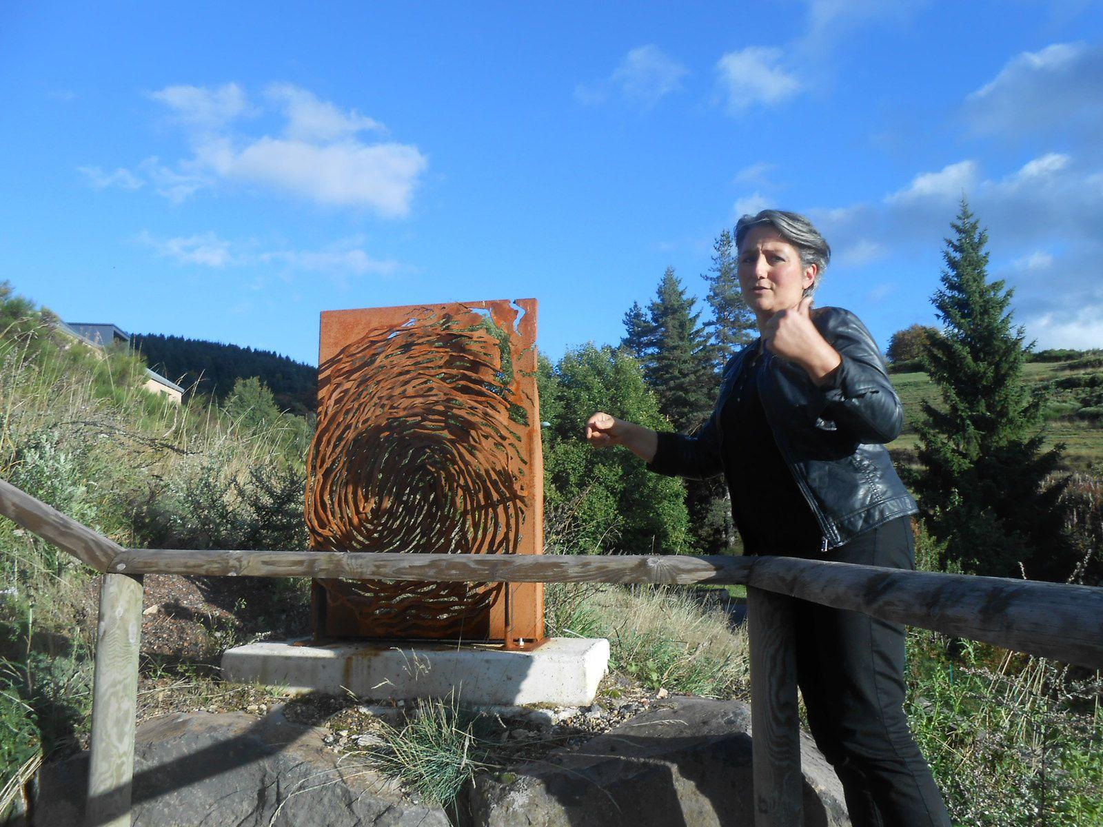 3ième sculpture : une empreinte en volume, comme découpée, arrachée à la tôle support pour rappeler que l'Homme malgré sa toute-puissance peut être anéanti par la force de la Nature