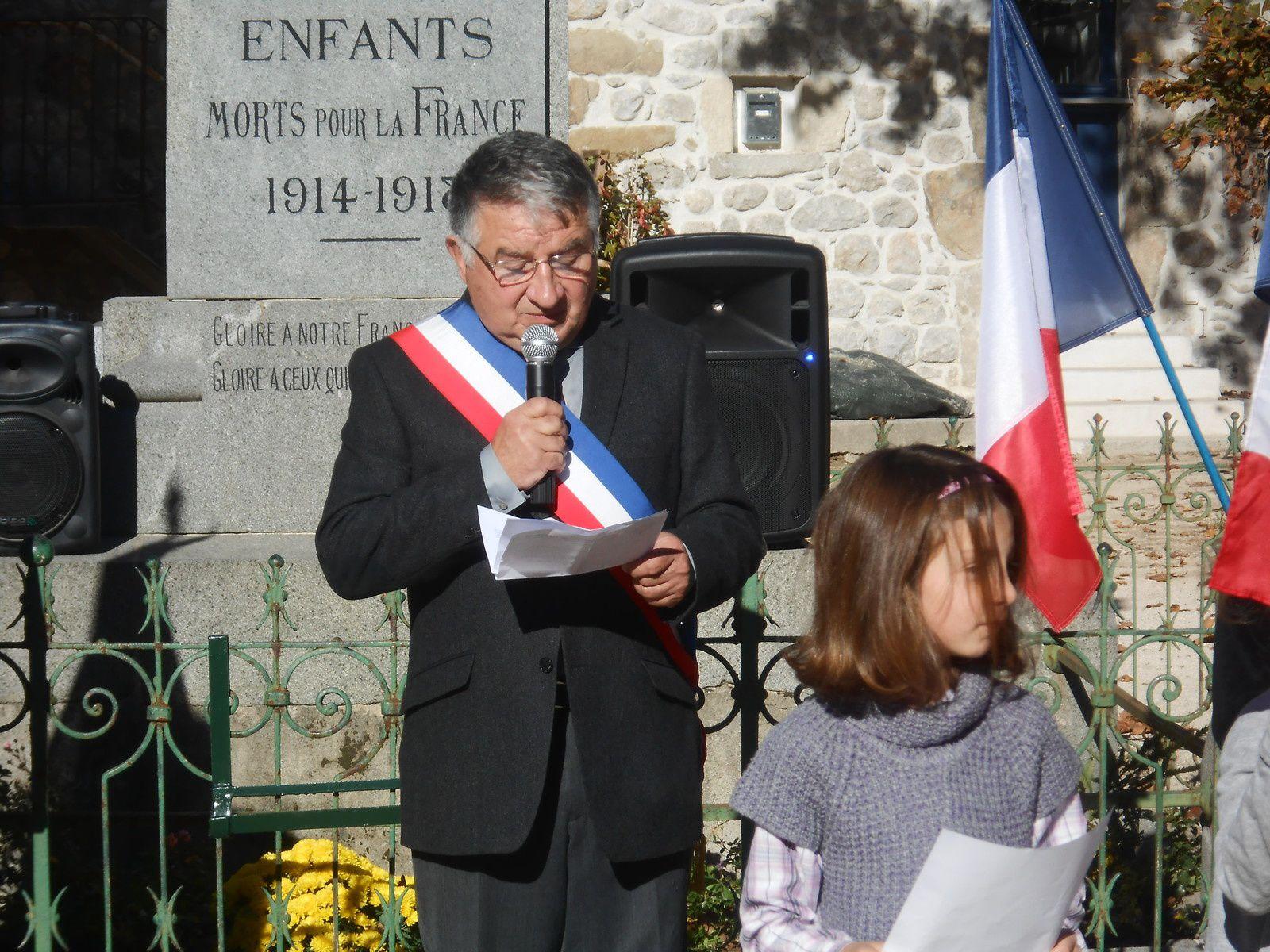 Le maire de Jaujac lit le message du gouvernement