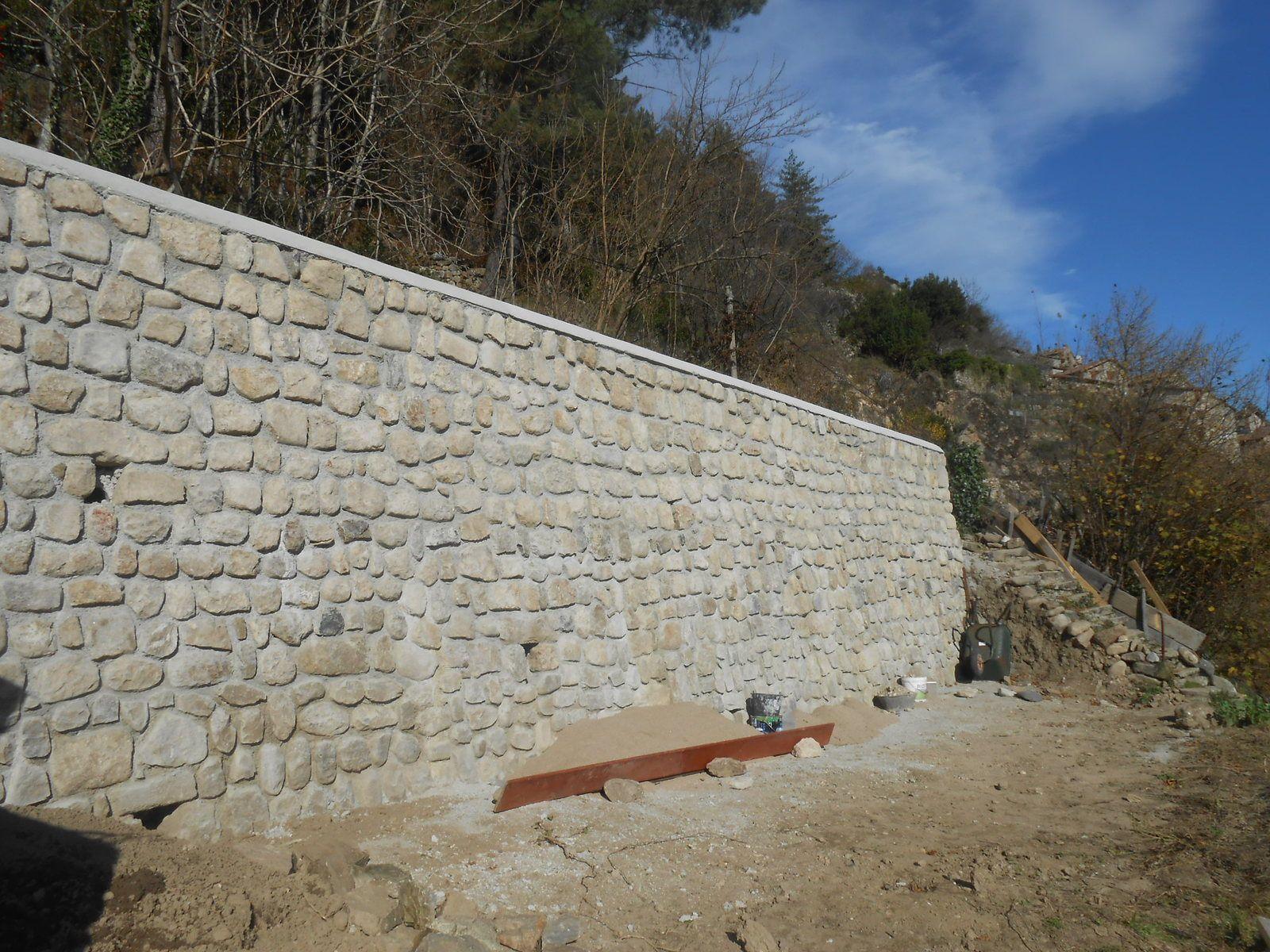 Structure béton et parement pierres