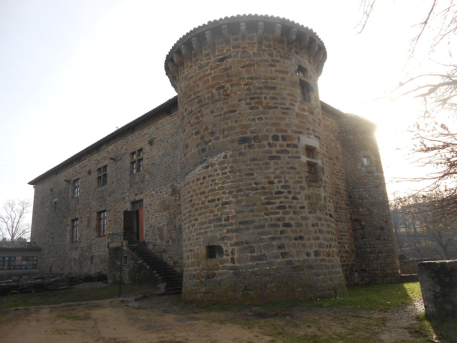 Après la démolition du mur, la massivité du château s'impose au regard