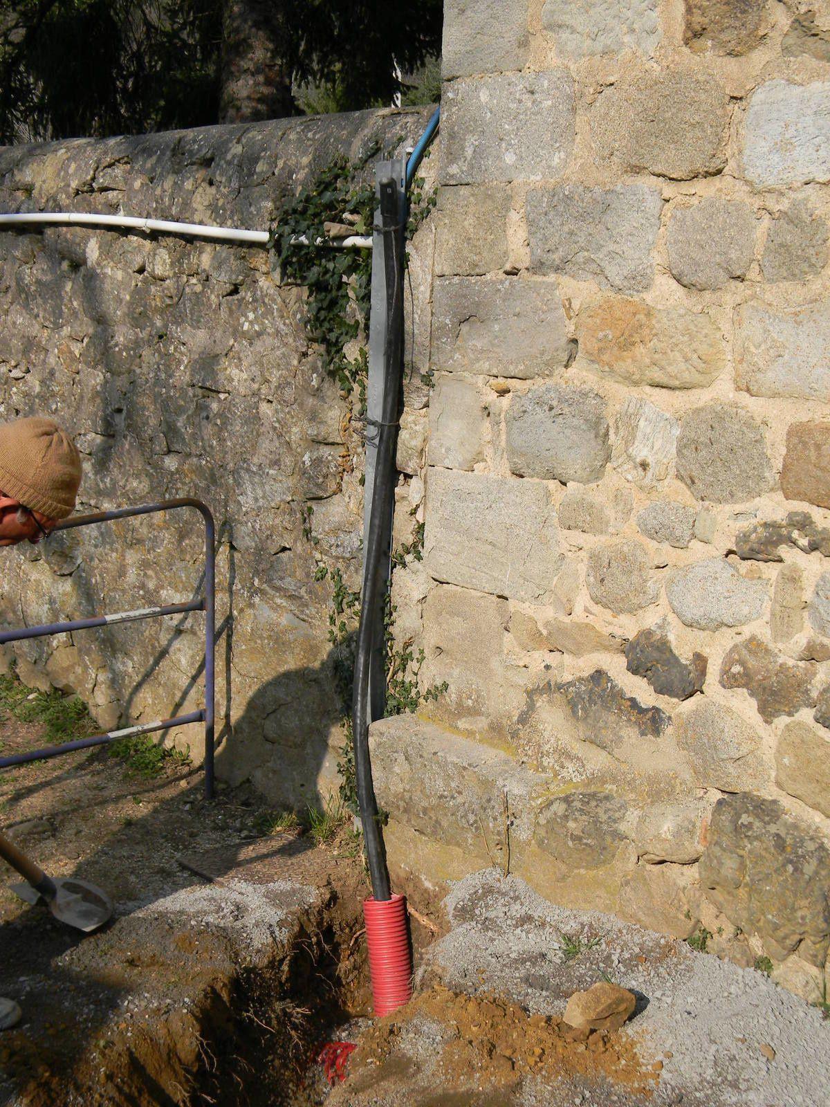 SPIE,est intervenu, pour le compte d'ERDF,  dans la cour des maternelles pour la pose du câble blindé d'alimentation du château