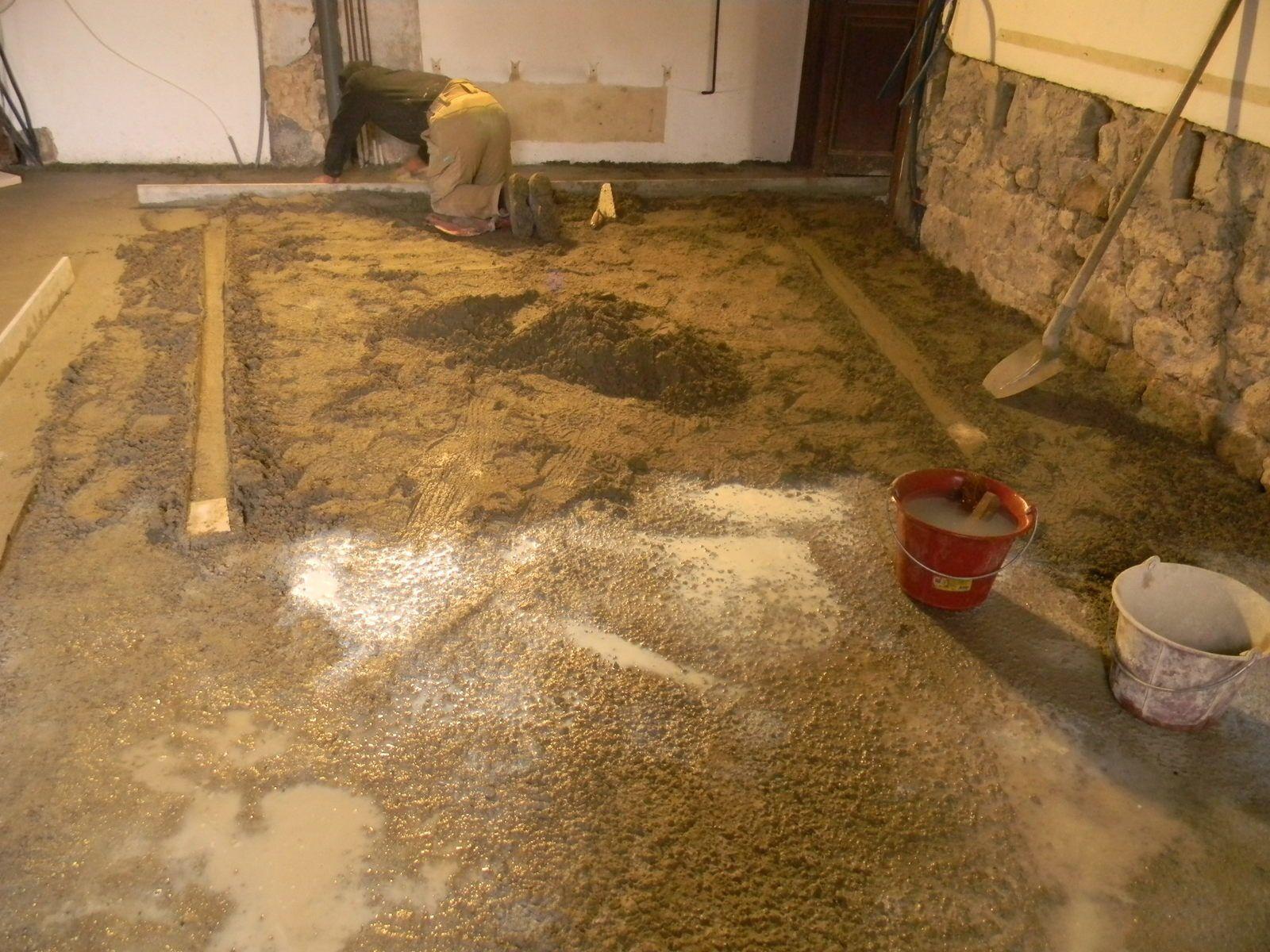 Après la dalle en béton grossier, une chape finale au mortier, talochée a été réalisée, elle est prête à recevoir les pierres qui seront posées en toute fin de chantier. Au total, en 3 jours la grande salle de Castrevieille a englouti 11 m3 de béton et mortier.