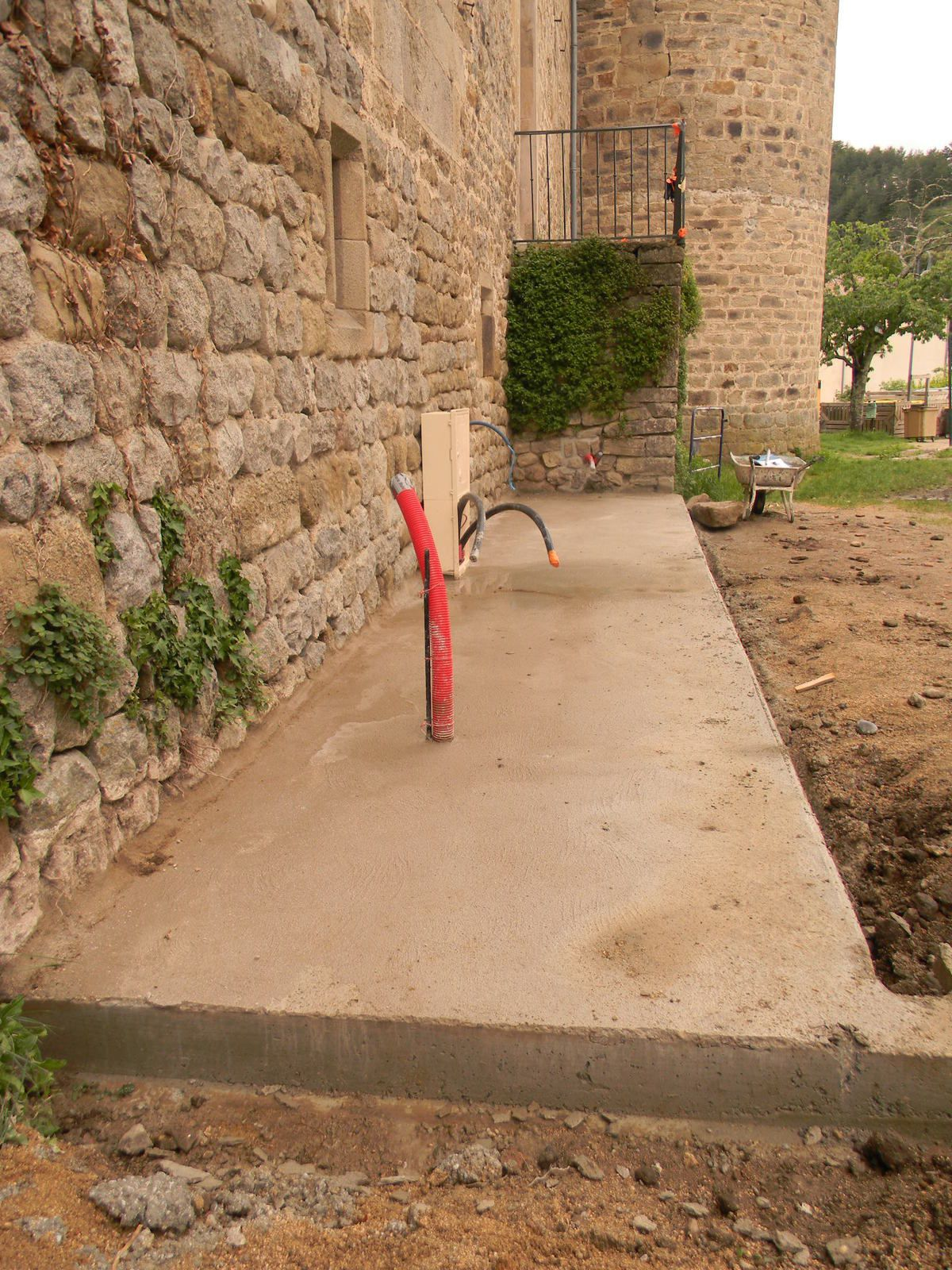 Une dalle dans le prolongement de l'escalier d'entrée réalisée par les employés communaux