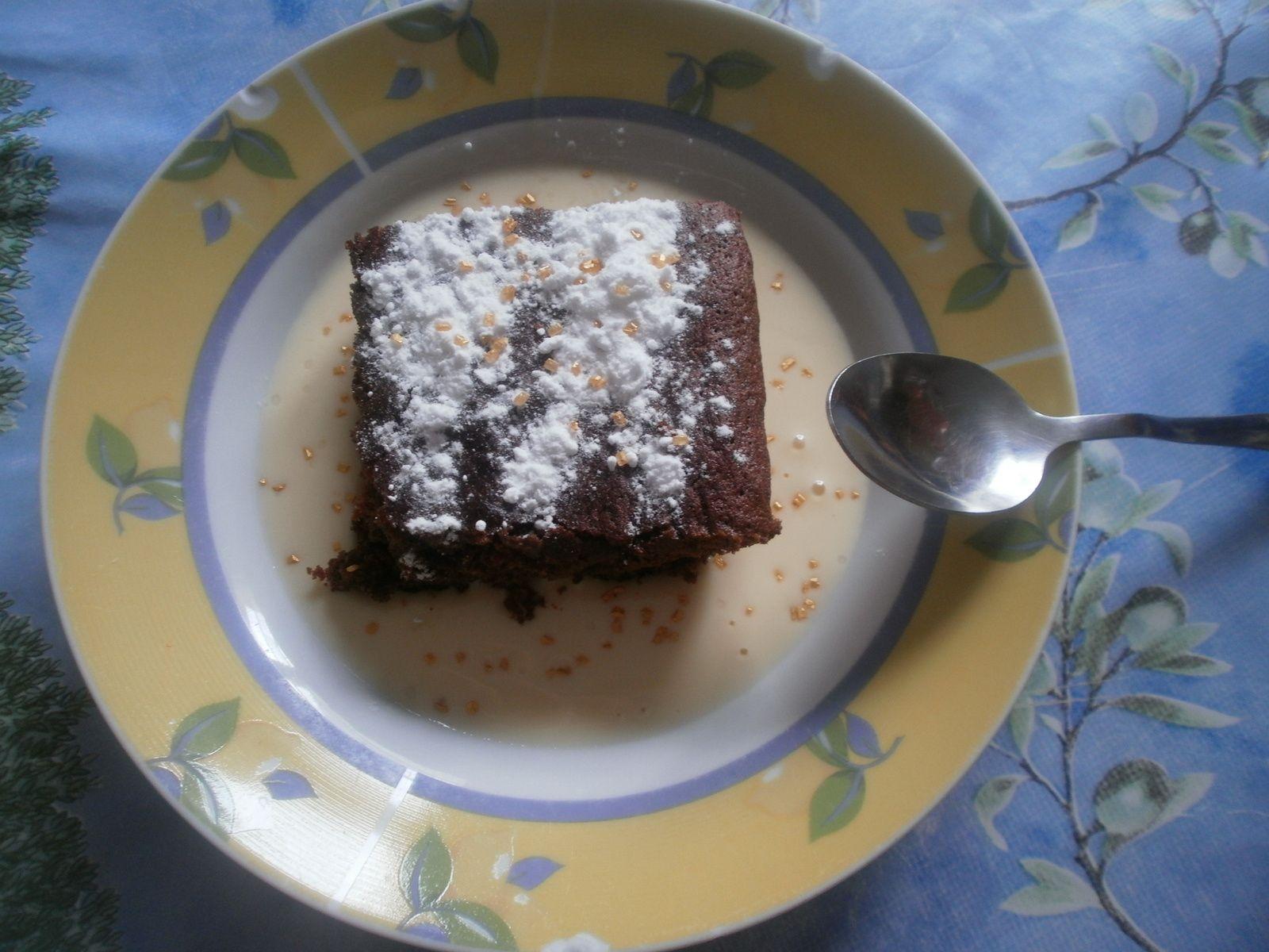 Recette de gâteau au deux chocolats avec de la crème anglaise