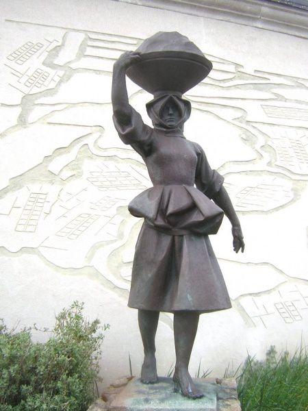 La Paludière, bronze de 2007 de Jean Fréour à Batz-sur-Mer, photo transmise par Guy Delisle juillet 2015