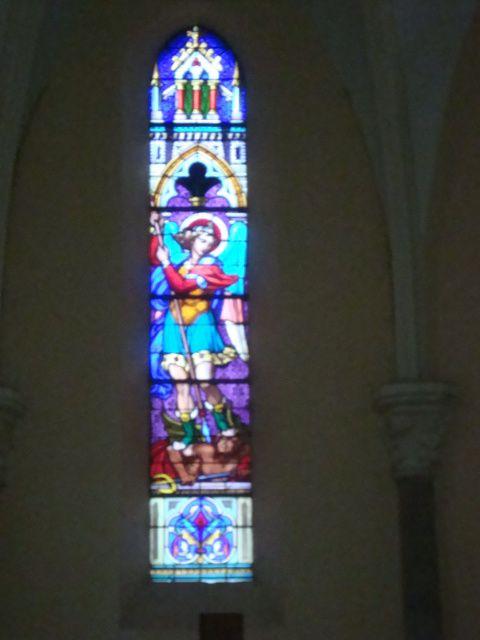 Le Nivolet vu de Chambéry, l'église Saint Michel-des-Déserts et vitrail de St Michel terrassant le démon, photos J.D. 22 et 24 juin 2016