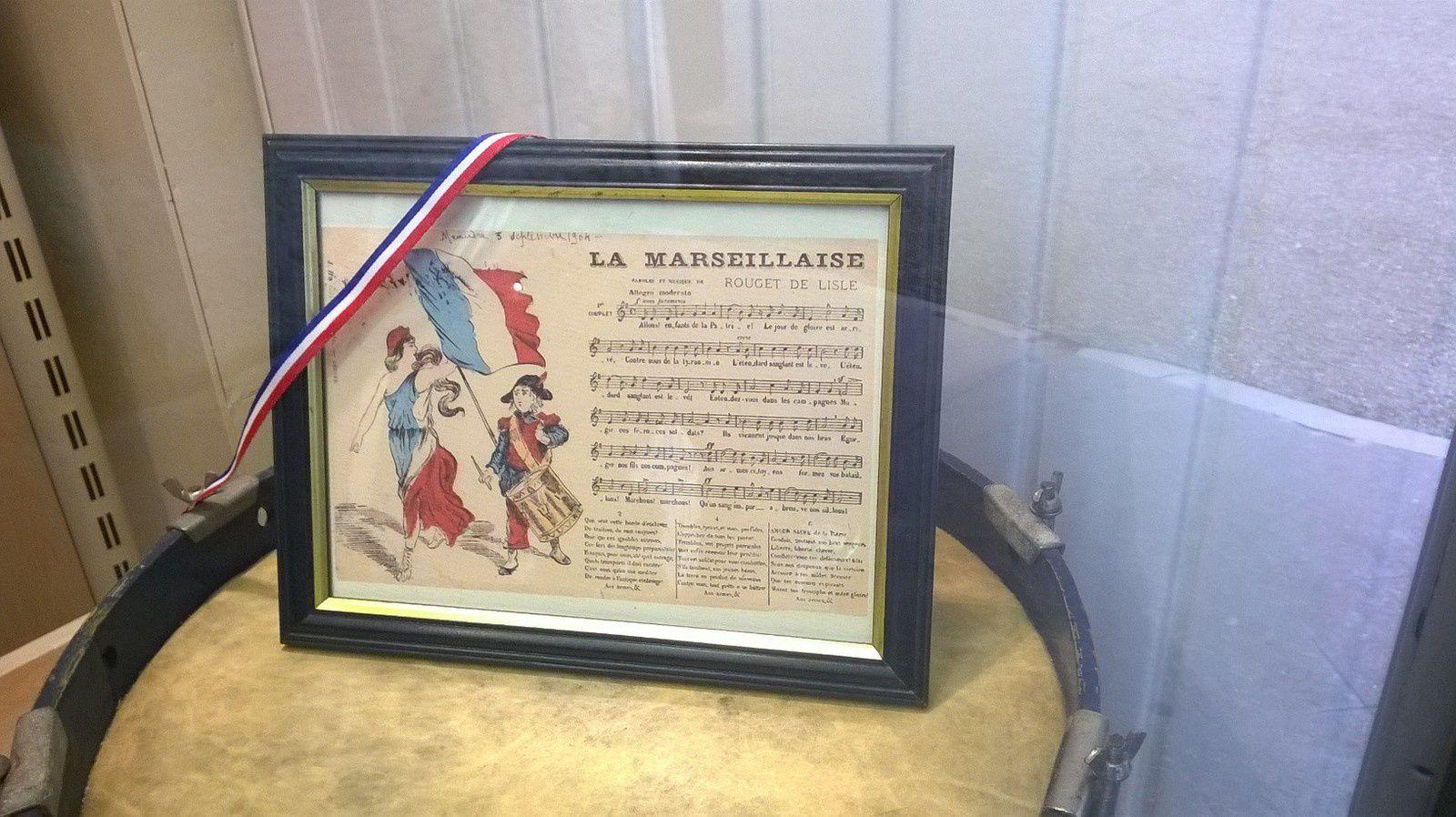 violon sur lequel Rouget de Lisle composa la musique de La Marseillaise dans la nuit du 25 au 26 avril  2016. Exposé au musée le-Saunier, photo J.D. 4 juillet 2016 et document daté du 3 septembre 1904, photo Anne Delisle-Dugast le 4 juillet 2016 rue du Commerce à Lons-le-Saunier