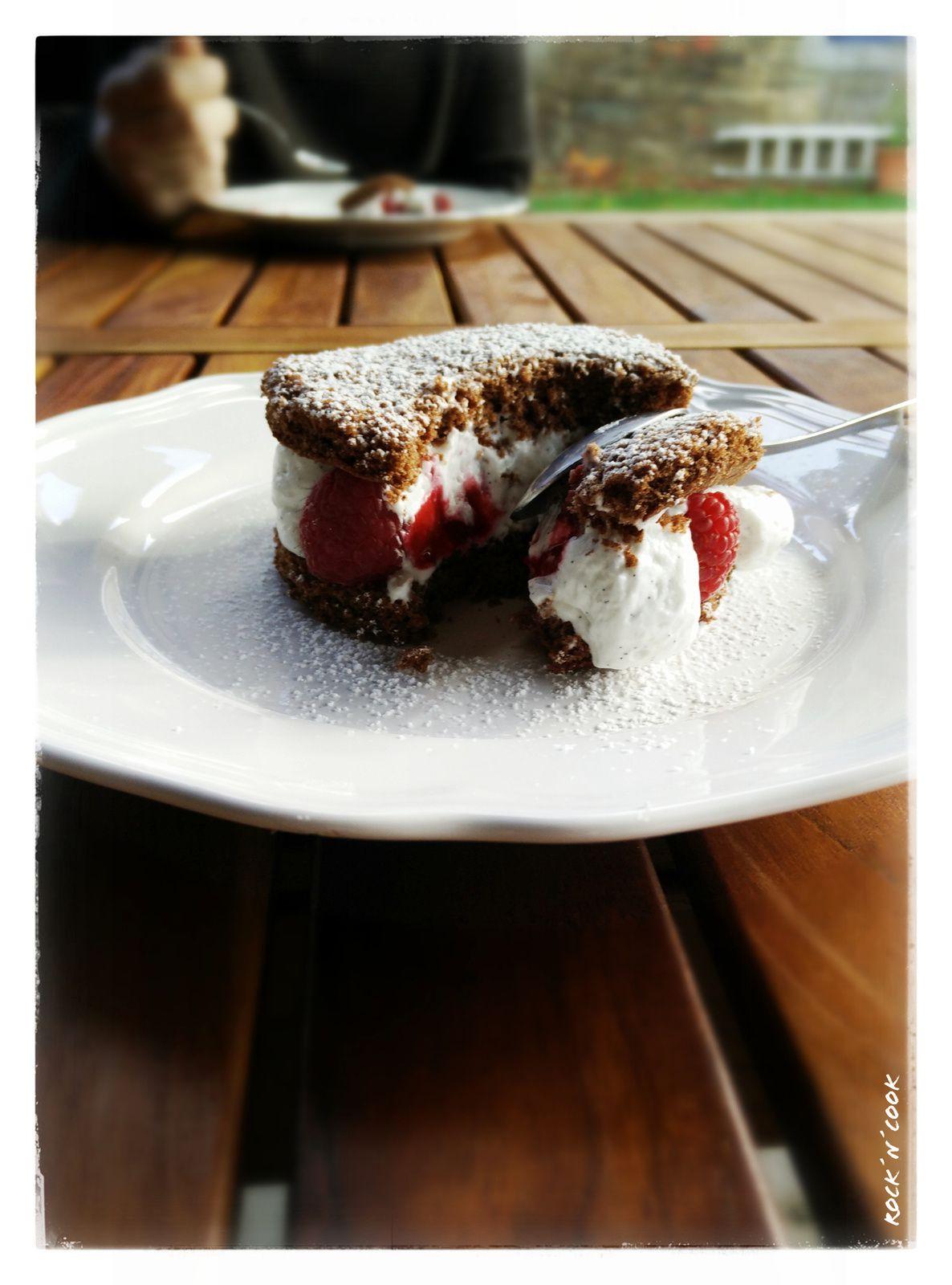 - Petits gâteaux au chocolat, mousse vanille et framboises - ! Recette sans lactose !