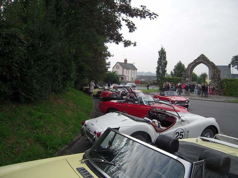 Vingt roadsters ont répondu présents sur la place Monseigneur PASQUET à PERCY