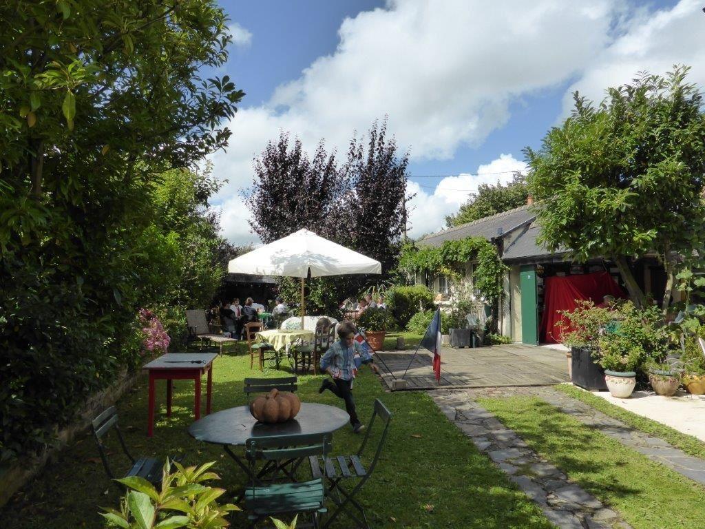 Le cadre idyllique du jardin de Gérard et Maline pour notre pique-nique. Le soleil est revenu