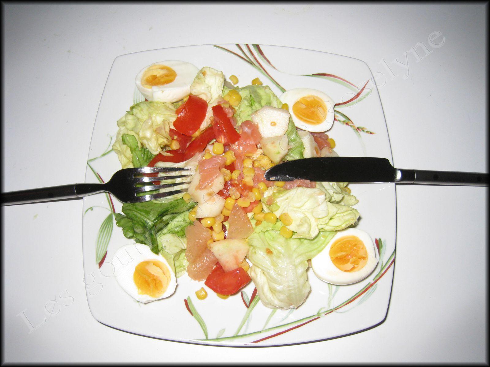 Salade maïs, tomates, oeufs, pamplemousse, pomme
