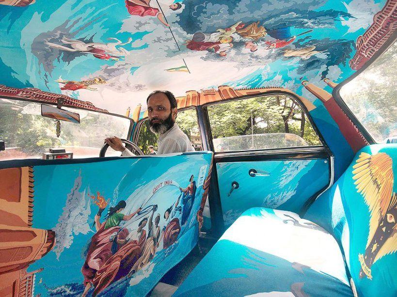 """Si vous passez par Mumbai, en Inde, vous tomberez peut-être sur un taxi comme celui-ci, avec une déco littéralement unique en son genre. Cette œuvre s'inscrit dans le projet Taxi Fabric, qui rapproche des chauffeurs de taxi et des designers afin de métamorphoser l'intérieur des véhicules. Ici, un tableau intitulé """"Un siècle de révolte"""", qui rend hommage à l'indépendance de l'Inde.  (CATERS/SIPA)"""