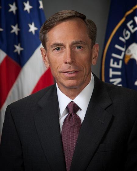Le général David Petraeus se dit hostile à des frappes aériennes américaines en Irak