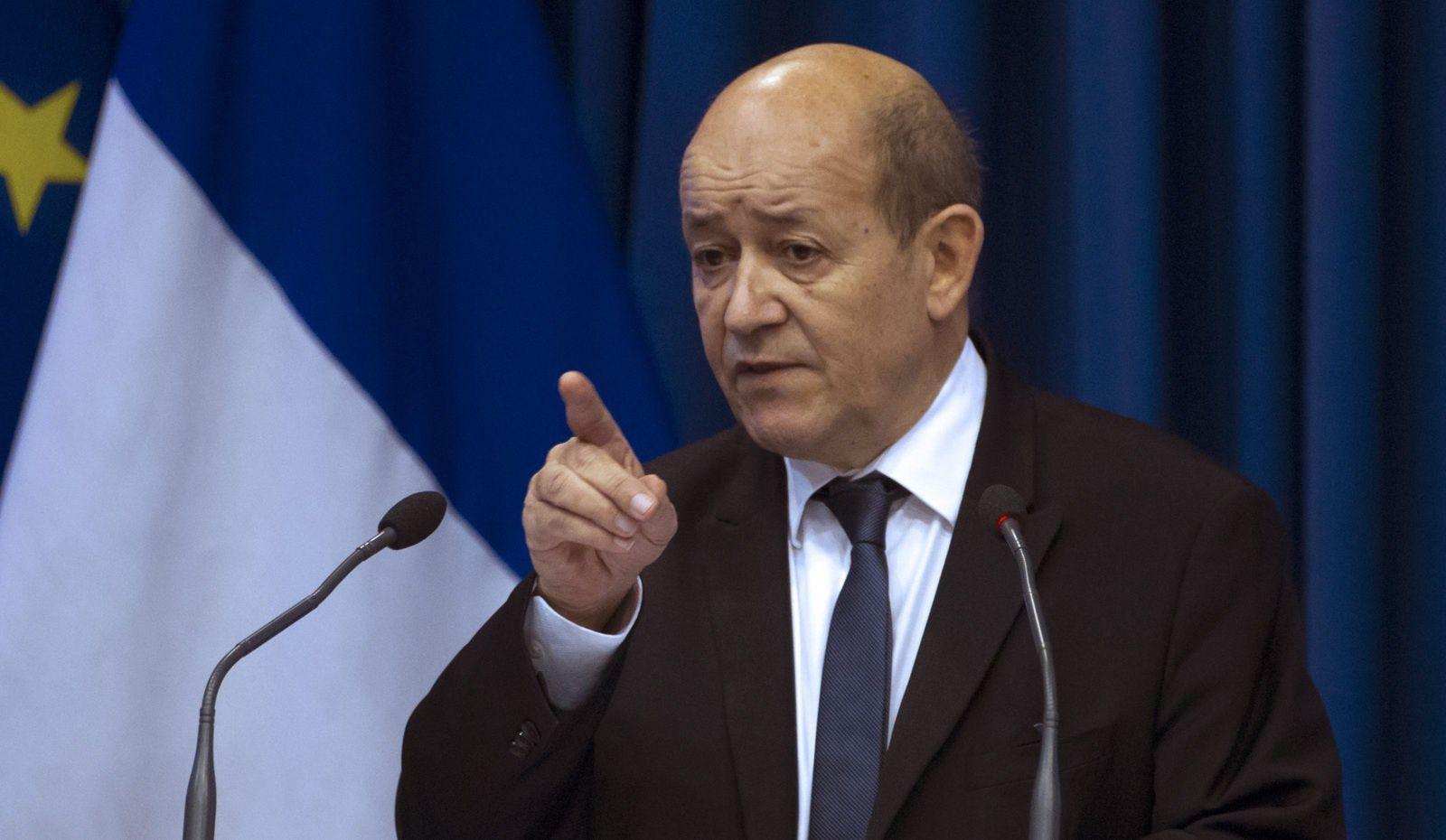 Selon M. Le Drian, la question de frappes françaises en Syrie est posée