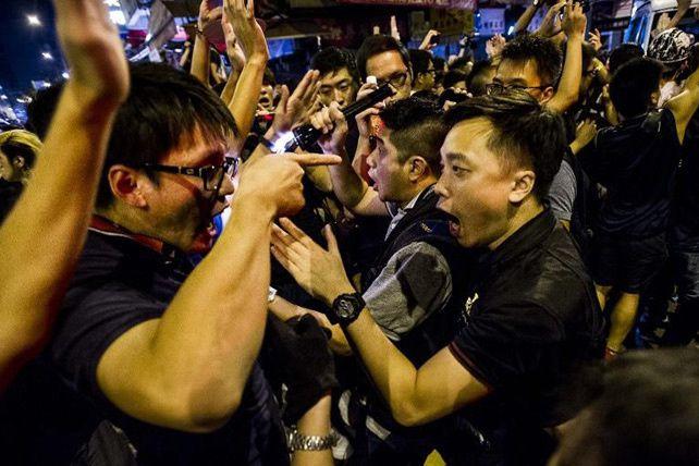 Des manifestants face à des policiers le 4 octobre 2014 à Hong Kong (Xaume Olleros/AFP)