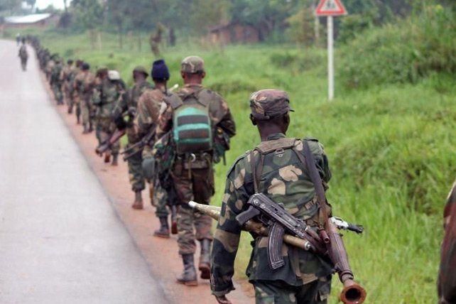 Des soldats des Forces armées de RDC partent pour combattre les rebelles ougandais des ADF, le 31 décembre 2013 à Eringeti (Alain Wandimoyi/AFP)