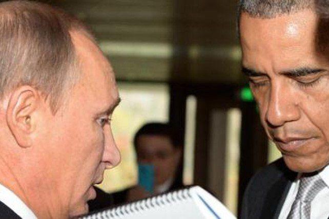 Le président russe Vladimir Poutine (g) parle avec son homologue américain Barack Obama le 11 novembre 2014 à Pékin avant la tenue du sommet Asie-Pacifique (Service de presse du Kremlin)