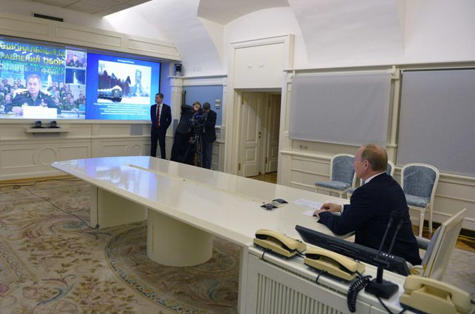 Russian President Vladimir Putin watches test launch of the first Angara-A5 heavy-duty rocket from the Plesetsk Space Center. (Reuters/Alexei Druzhinin)